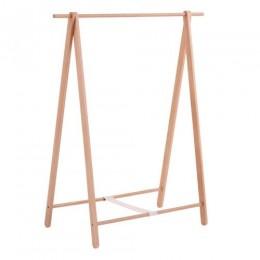 Деревянная вешалка для одежды.
